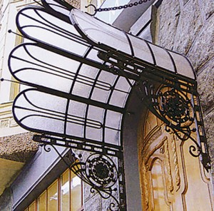 Козырьки из поликарбоната — неотъемлемые элементы центрального входа