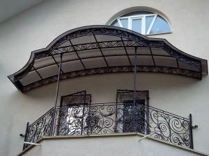 Навесы над балконом из поликарбоната — возможность организовать дополнительное пространство