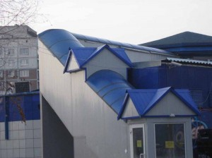 Крыша из поликарбоната — прекрасная возможность сделать любое сооружение уникальным