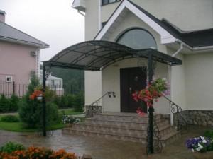 Навес над крыльцом из поликарбоната — украшение фасада своими руками